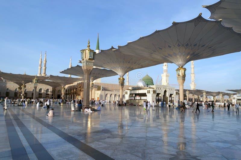 Povos no pátio da mesquita do profeta em Medina S fotografia de stock