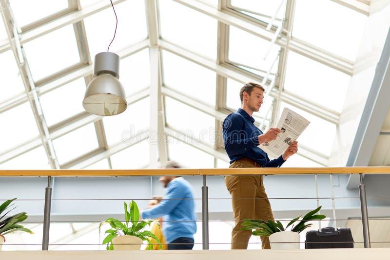Povos no prédio de escritórios moderno imagem de stock
