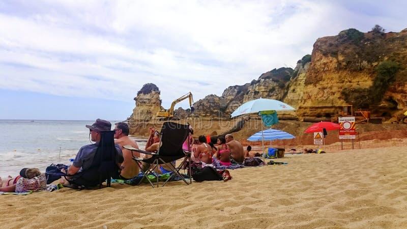 Povos no Praia Dona Ana em Lagos, o Algarve, Portugal imagem de stock
