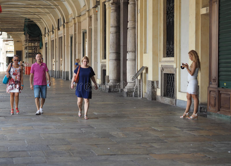 Povos no quadrado de San Carlo da praça em Turin imagem de stock