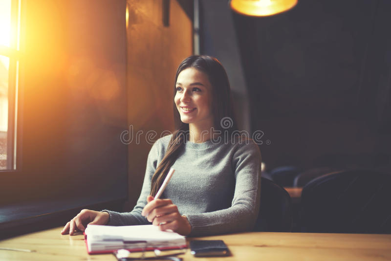 Povos no trabalho que escrevem para baixo o roteiro no caderno imagem de stock royalty free