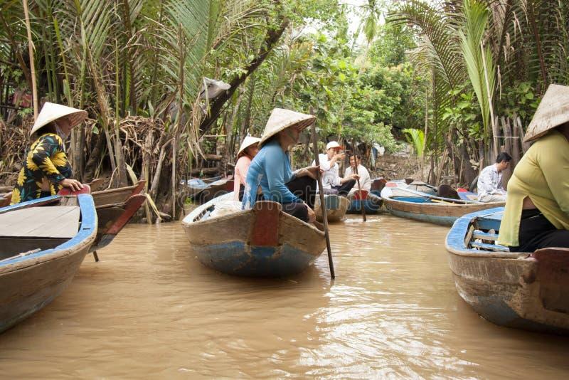 Povos nos barcos em Mekong River, Vietname fotos de stock