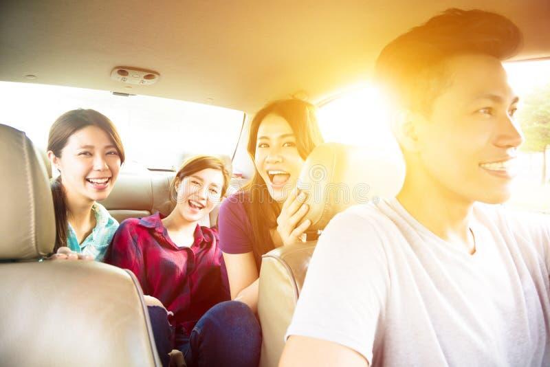 Povos novos do grupo que apreciam a viagem por estrada no carro foto de stock royalty free