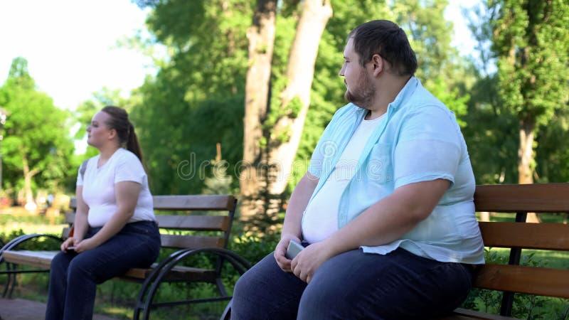 Povos obesos receosos do conhecimento, incerto sobre o peso corporal, unconfident fotografia de stock