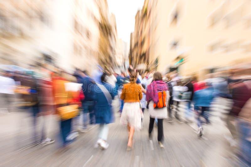 Povos ocupados da rua da cidade no cruzamento de zebra Borr?o de movimento intencional imagem de stock royalty free