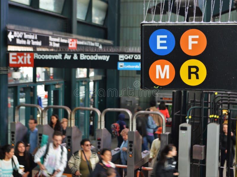Povos ocupados das horas de ponta do assinante do estação de caminhos-de-ferro do MTA de New York do sinal do metro do close up imagem de stock royalty free