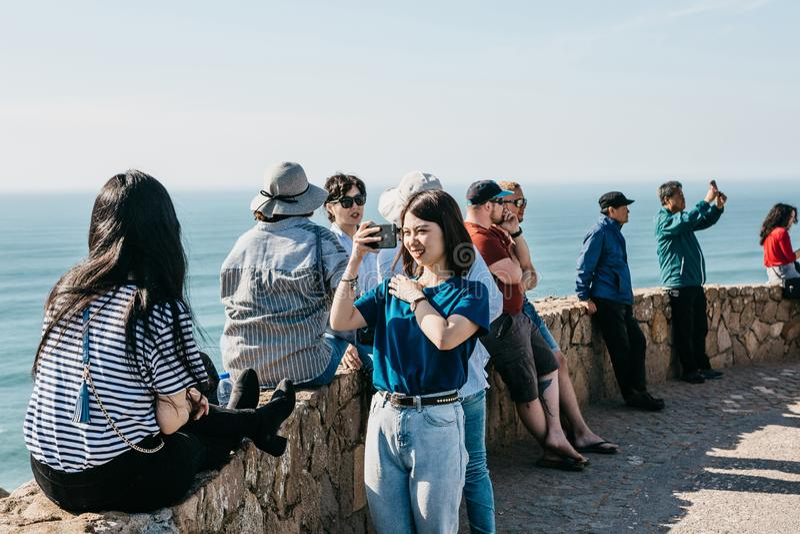 Povos ou turistas no cabo Roca em Portugal fotografia de stock royalty free