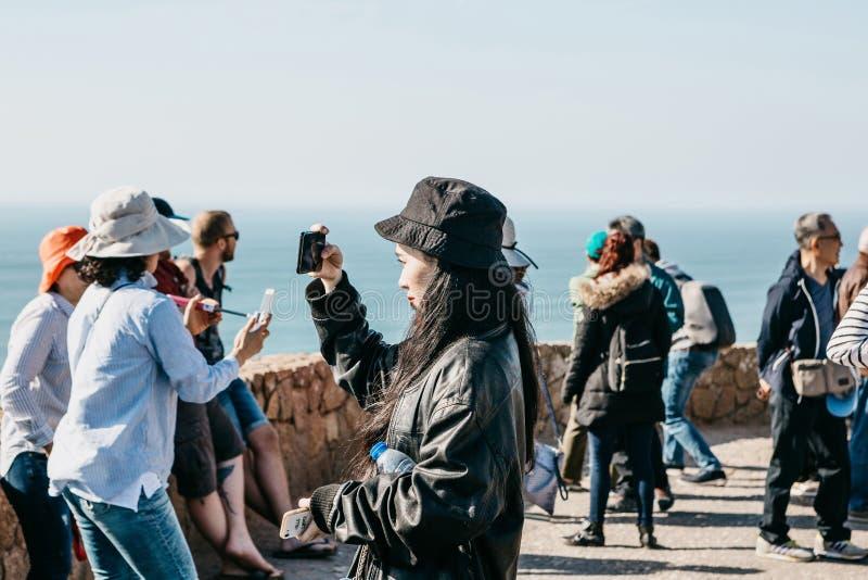 Povos ou turistas no cabo Roca em Portugal foto de stock royalty free