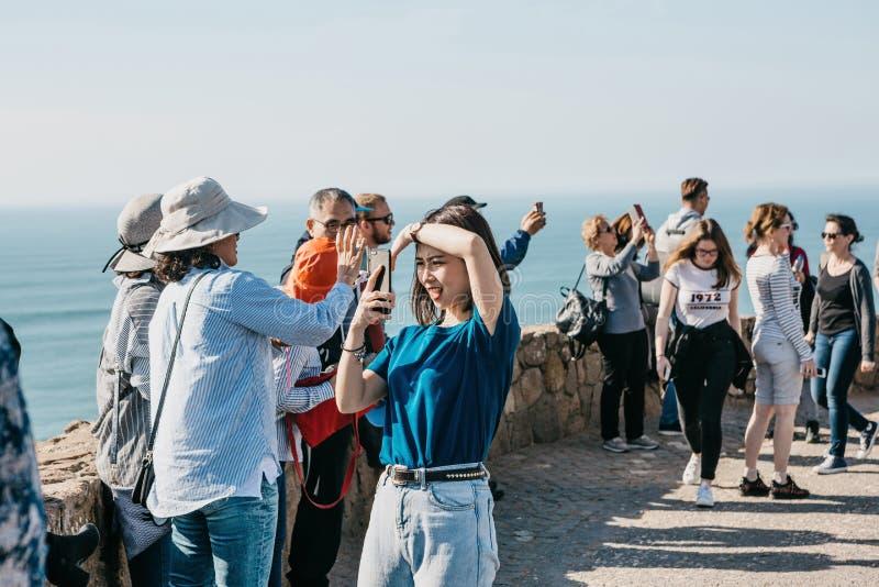 Povos ou turistas no cabo Roca em Portugal imagens de stock