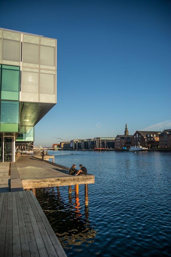 Povos pela biblioteca real no habor de Copenhaga dinamarca foto de stock