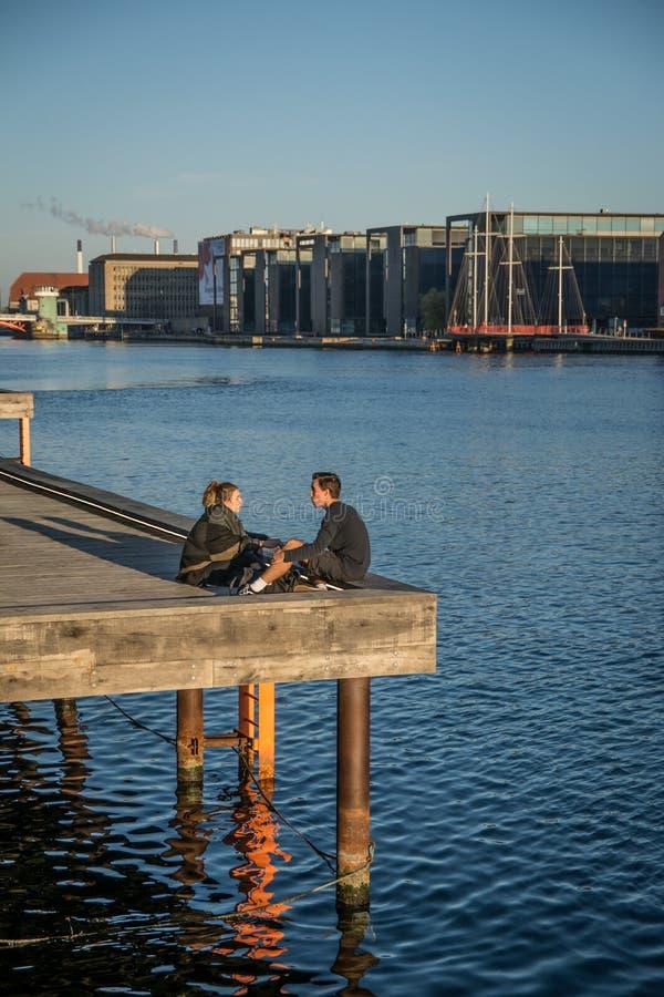 Povos pela biblioteca real no habor de Copenhaga dinamarca foto de stock royalty free