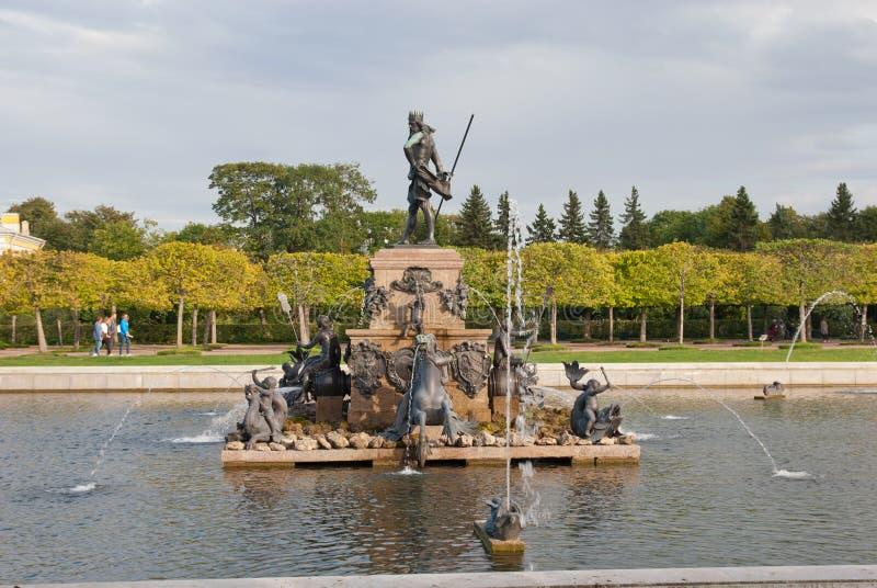 Povos perto da fonte de Netuno na conserva Peterhof do museu do estado Rússia fotos de stock
