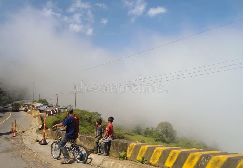 Povos pobres em uma estrada da montanha em Antioquia, campo Colômbia imagens de stock royalty free