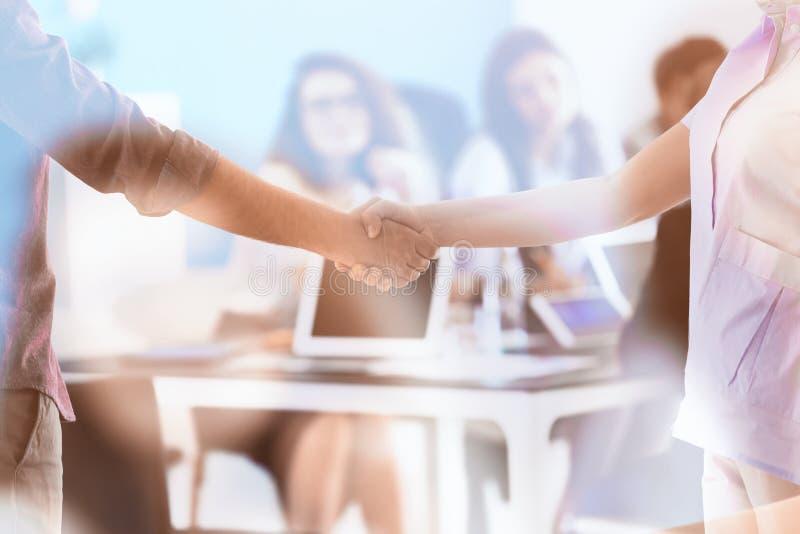 Povos que agitam as mãos durante a reunião de negócios no escritório imagem de stock royalty free
