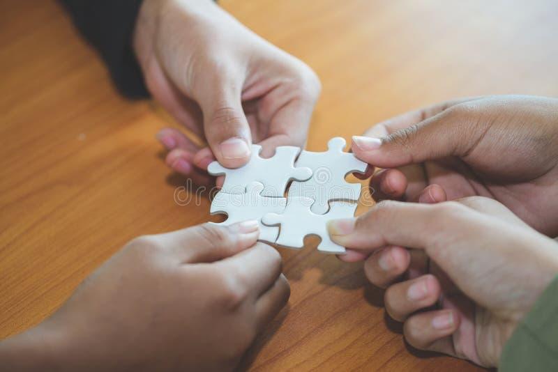 Povos que ajudam no enigma de montagem, cooperação na tomada de decisão, apoio da equipe em resolver problemas e trabalhos de equ foto de stock royalty free