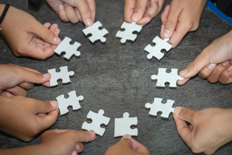 Povos que ajudam no enigma de montagem, cooperação na tomada de decisão, apoio da equipe em resolver problemas e trabalhos de equ imagens de stock