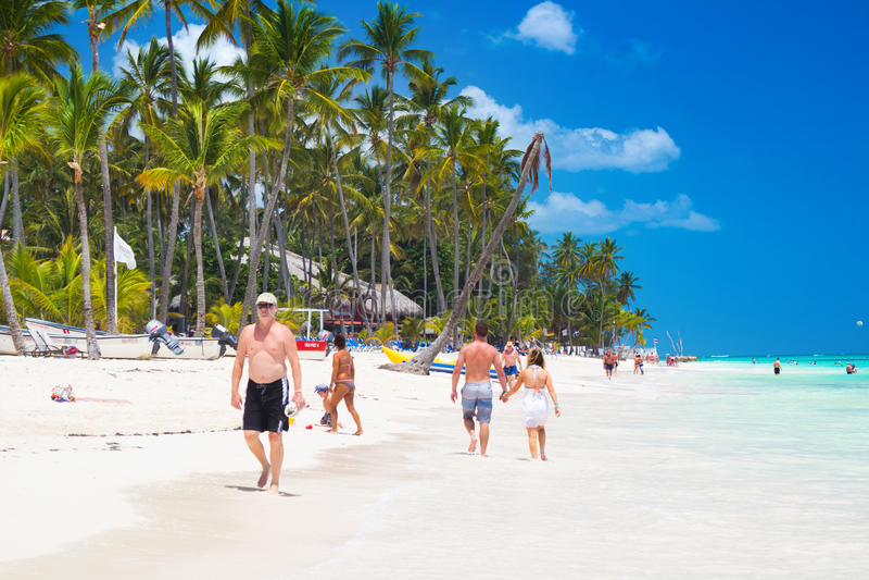 Povos que andam ao longo do litoral e que tomam sol em uma da melhor praia na área das caraíbas imagem de stock royalty free