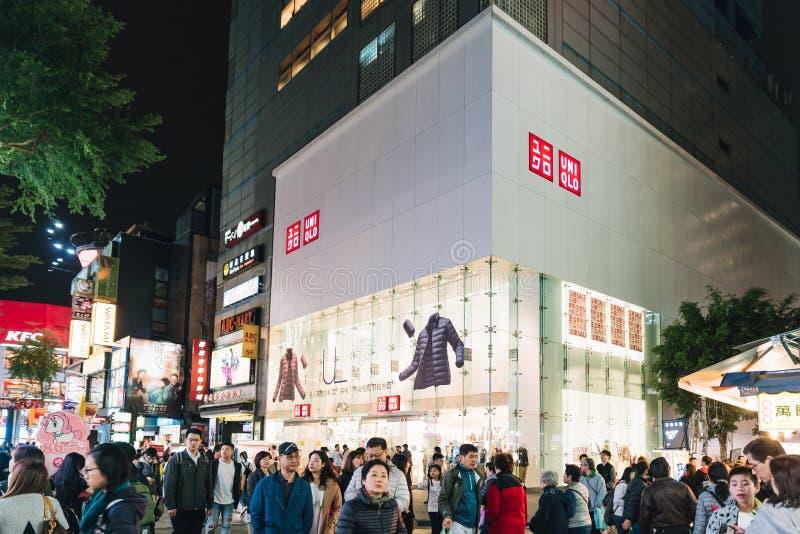 Povos que andam ao redor com construções brancas e outras comerciais no fundo na área de Ximending em Taiwan, Taipei imagens de stock royalty free