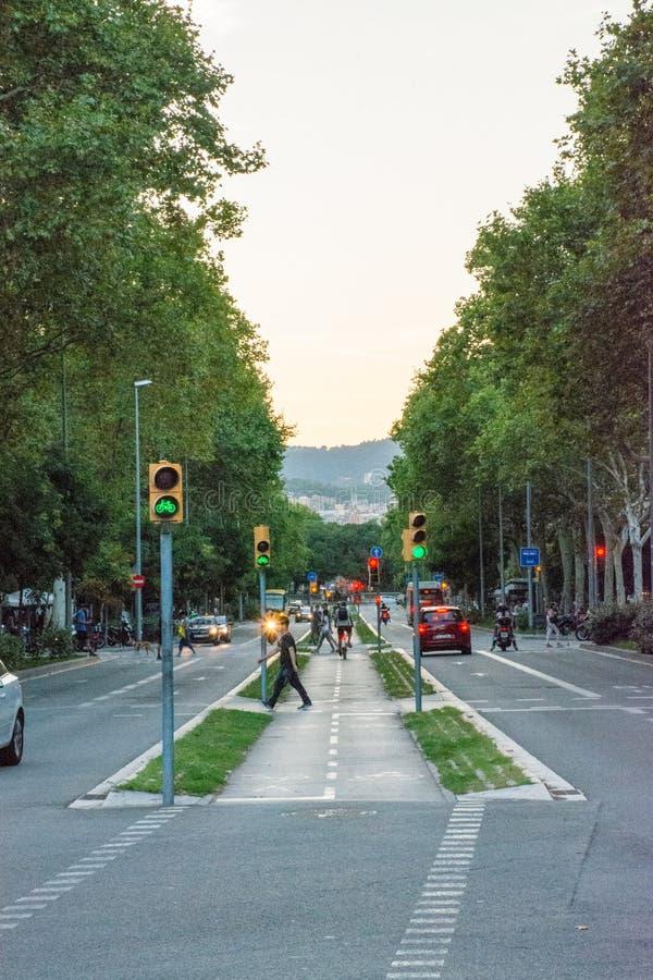 Povos que andam através de uma rua de Barcelona fotografia de stock royalty free