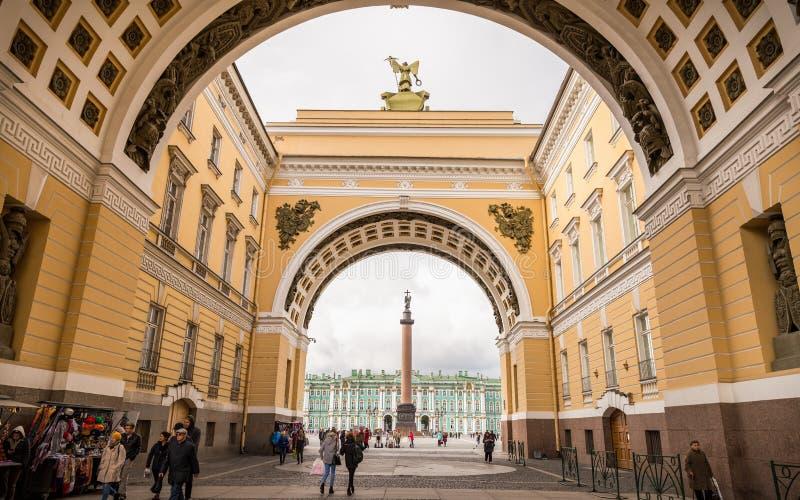 Povos que andam através do trajeto ao pala do quadrado e do inverno do palácio imagem de stock
