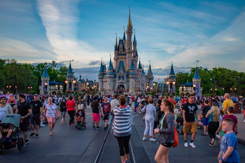 Povos que andam a Cinderella Castle em Main Street no reino mágico imagem de stock royalty free