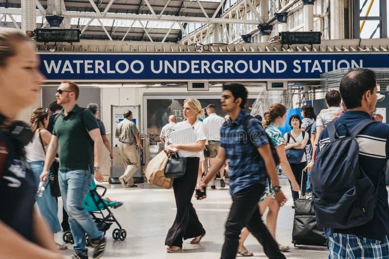 Povos que andam dentro da estação de estradas de ferro de Londres Waterloo, Londres, foto de stock