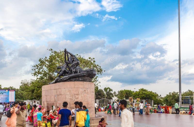 Povos que andam em torno de Triumph da estátua Labour com céu azul e nuvens no fundo fotos de stock