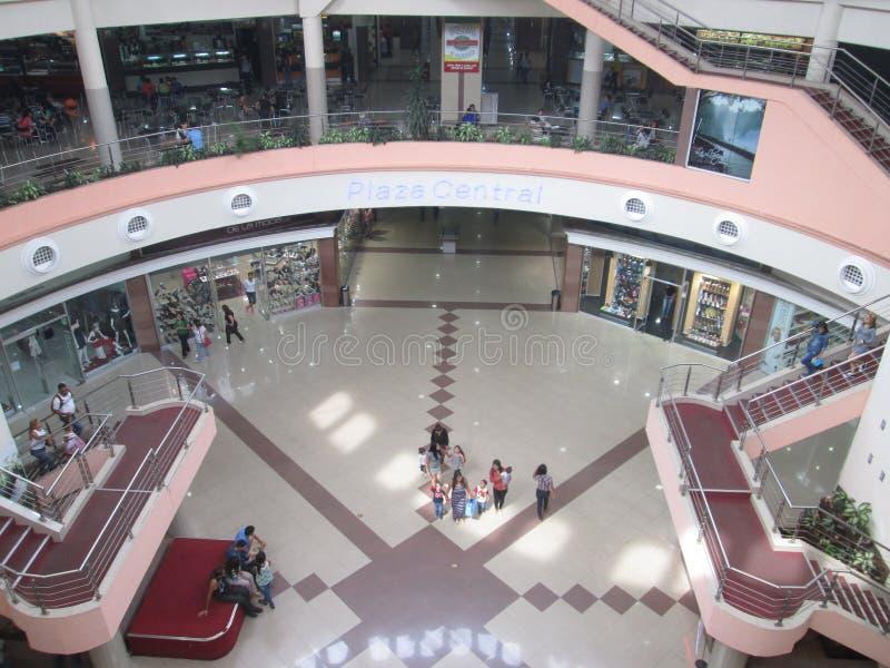 Povos que andam em um shopping da cidade de Puerto Ordaz venezuela 22 de abril de 2017 imagem de stock