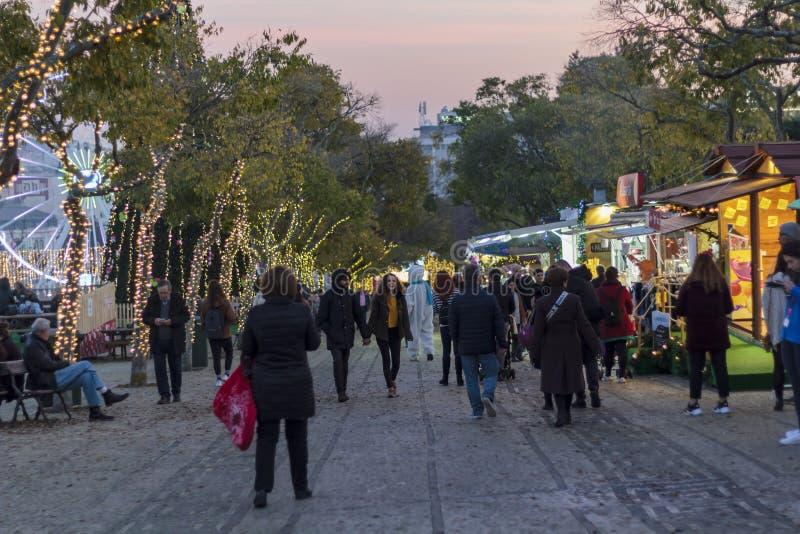Povos que andam em uma feira do Natal na rua fotografia de stock royalty free