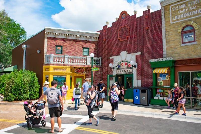 Povos que andam na ?rea colorida do Sesame Street em Seaworld na ?rea internacional 1 da movimenta? imagem de stock