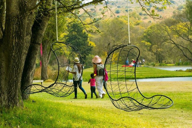 Povos que andam na escultura do inverno favoravelmente na escultura P de Nirox fotos de stock royalty free