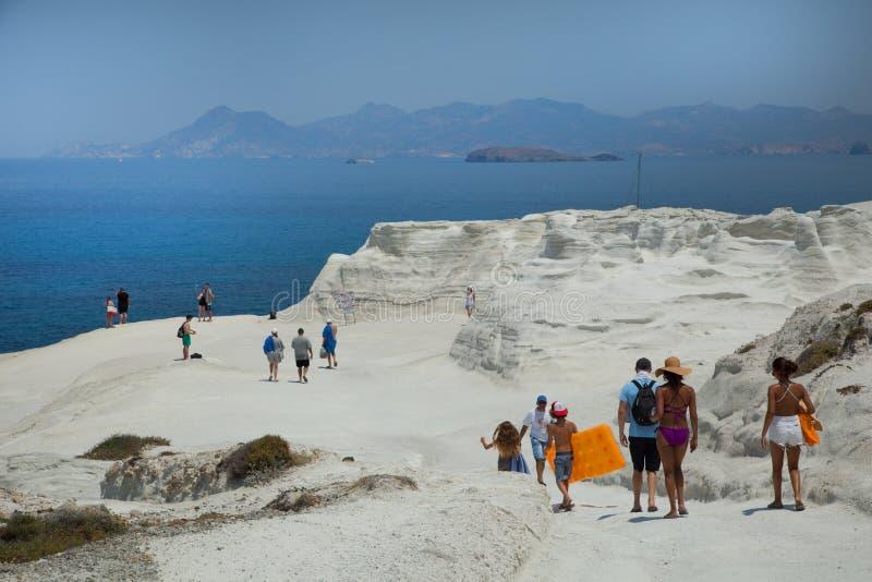 Povos que andam na praia de Sarakiniko em Grécia fotos de stock