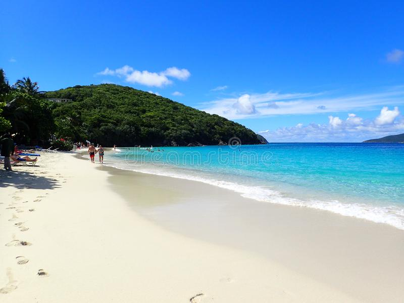 Povos que andam na praia na praia E.U. Ilhas Virgens de Coki em um dia brilhante de novembro imagens de stock