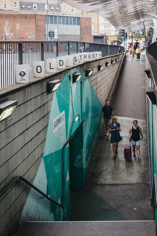 Povos que andam na rampa que conduz à rua velha Sta subterrâneo imagens de stock royalty free