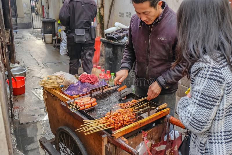 Povos que andam na rua de passeio da estrada de Nanjing na porcelana da cidade do hai do shang imagem de stock royalty free