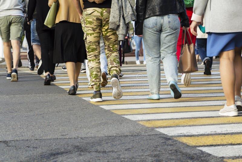 Povos que andam na rua grande da cidade, sumário borrado do cruzamento de zebra do movimento imagem de stock