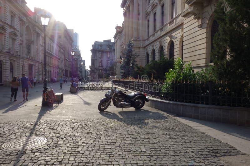 Povos que andam na rua pedestre no centro de Bucareste, Romênia, o 2 de junho de 2017 fotografia de stock royalty free