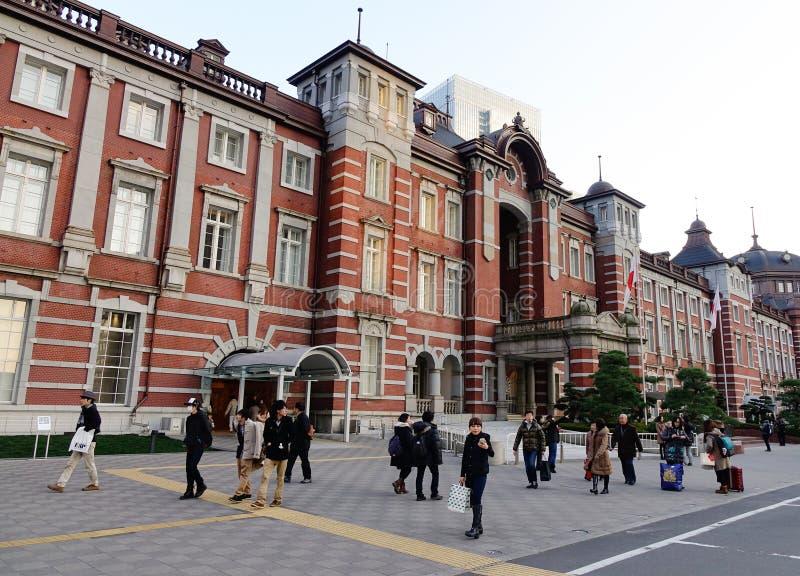 Povos que andam na rua perto da estação do Tóquio, Japão fotografia de stock royalty free