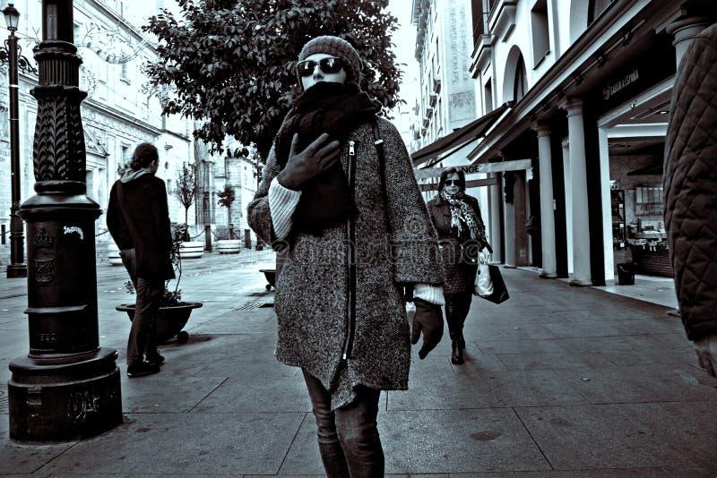 Povos que andam nas ruas de Sevilha Espanha 42 fotografia de stock