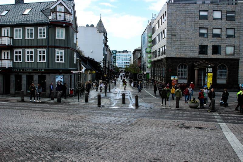 Povos que andam no centro de Reykjavik fotografia de stock royalty free