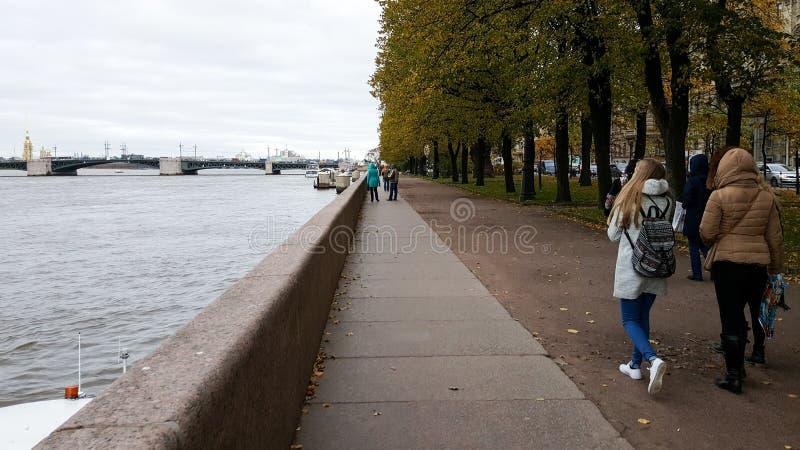 Povos que andam no lado do rio Neva em St Petersburg, Rússia imagem de stock