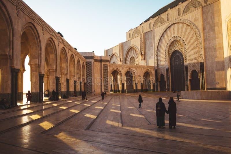 povos que andam no mosquepeople de hassan ii que anda no quadrado da mesquita de hassan II - Casablanca, Marrocos imagem de stock