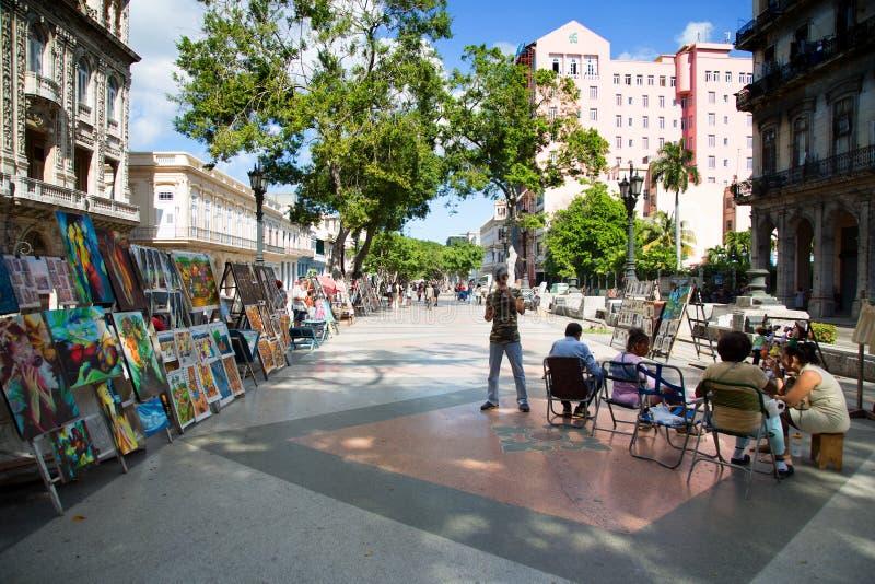 Povos que andam no placeo del prado em Havana foto de stock