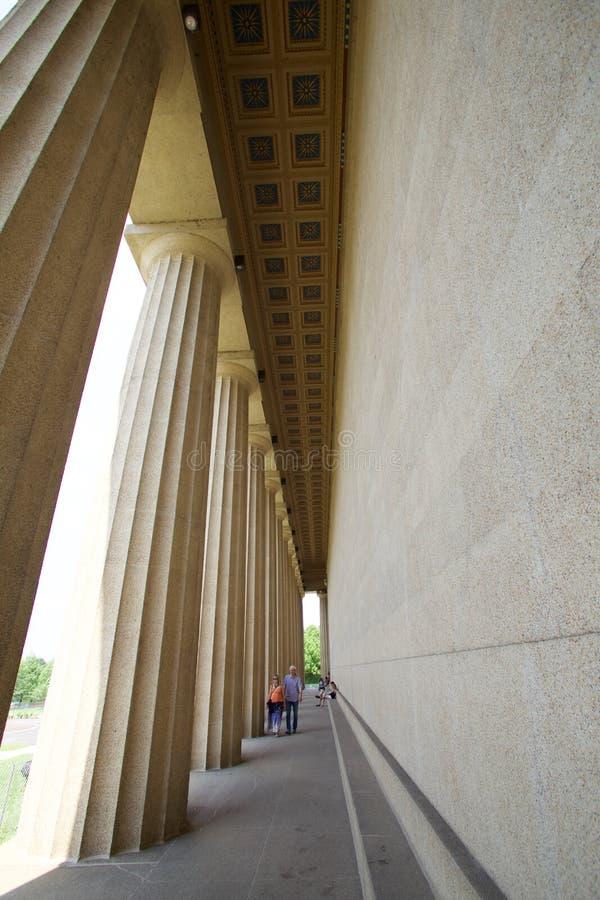 Povos que andam nos corredores do Partenon no parque centenário, Nashville TN imagem de stock