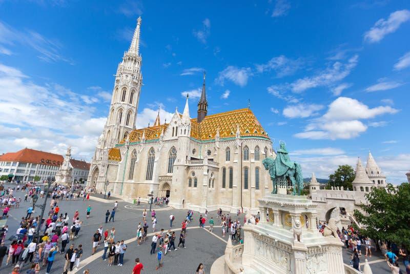 Povos que andam perto da estátua equestre de St Stephen na frente de Matthias Church em Budapest, Hungria foto de stock