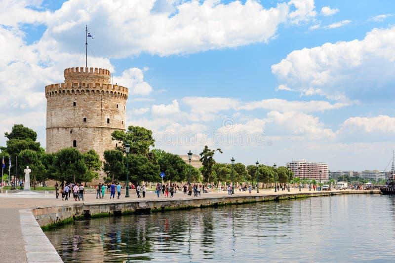 Povos que andam perto da torre branca, Tessalónica, Grécia foto de stock