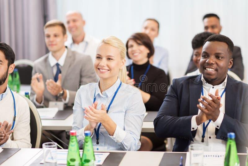 Povos que aplaudem na conferência de negócio foto de stock royalty free