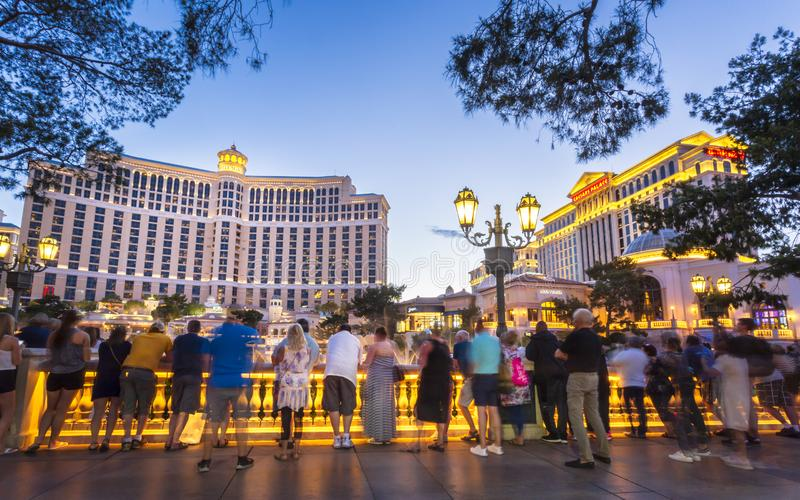 Povos que apreciam fontes de Bellagio, a tira, Las Vegas Boulevard, Las Vegas, Nevada, Estados Unidos da América imagens de stock royalty free