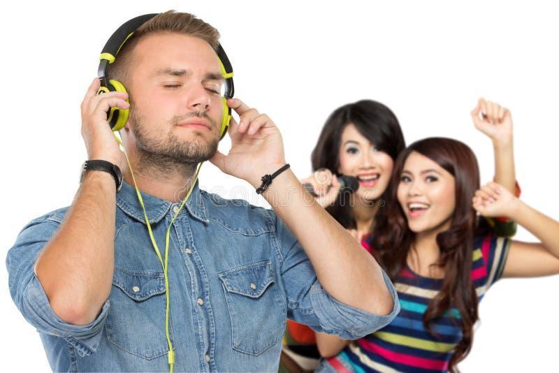 Povos que apreciam a música com fones de ouvido imagens de stock royalty free