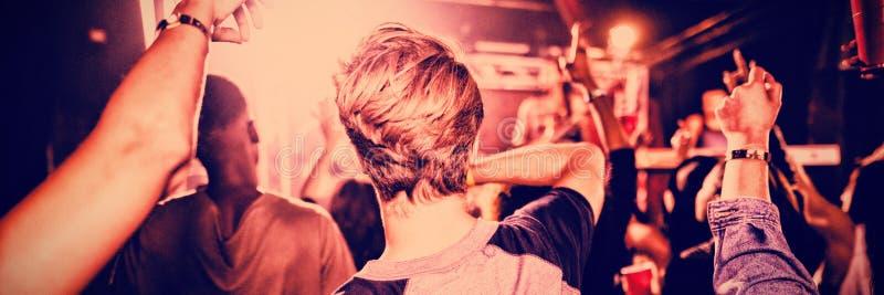 Povos que apreciam o concerto no clube noturno imagens de stock royalty free